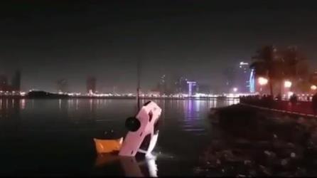 بالفيديو.. سقوط مركبة في بحيرة خالد بالشارقة