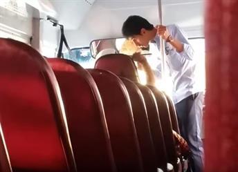 بالفيديو.. شاب يقتحم حافلة طالبات مثيرا ذعرهن ويعتدي على سائقها