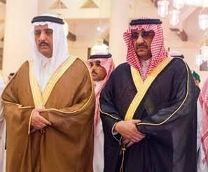 نائب خادم الحرمين يقبل يد عمه الأمير أحمد خلال الصلاة على الأميرة نوف