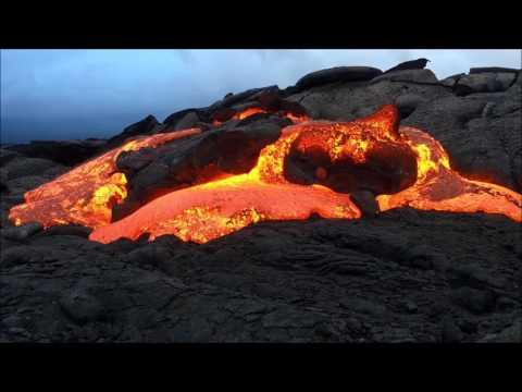 حمم بركانية تسقط على شواطئ هاواي