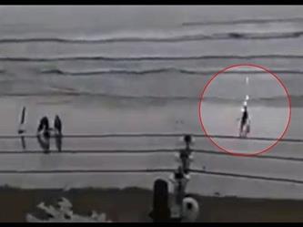 لحظة ضرب صاعقة لفتاة على أحد شواطئ البرازيل