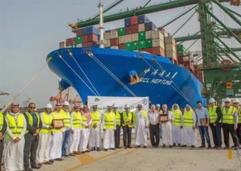 الأكبر في تاريخه.. سفن شحن عملاقة ترسو بميناء الملك عبدالعزيز بالدمام