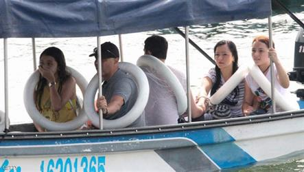 عدد من الناجين من على متن القارب
