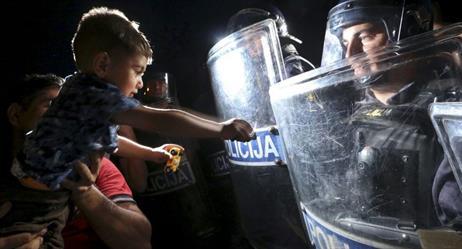 استدعاء الشرطة بسبب طفل حبس والدته وضيفتها بالشرفة ثم نام