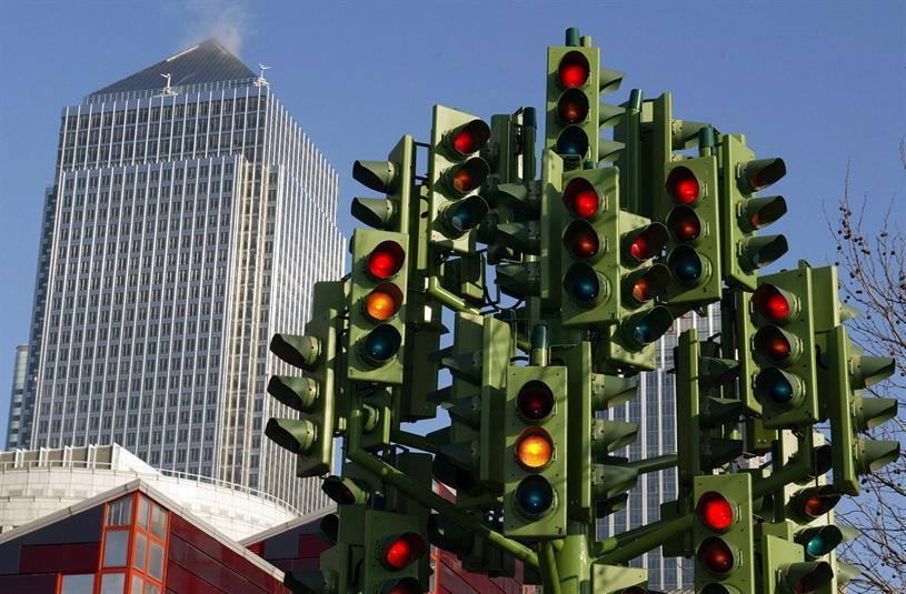 """بل وبدأ الابتكار في تصميم شكل الإشارة، وتعد """"شجرة إشارة المرور"""" التي صممها النحات الفرنسي """"بيير فيفانت"""" في لندن في عام 1998 من"""