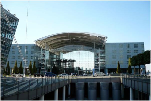 يقع فندق هيلتون ميونخ بين مبنى الركاب الأول والثاني في مطار ميونخ، ويتميز بواجهة زجاجية.