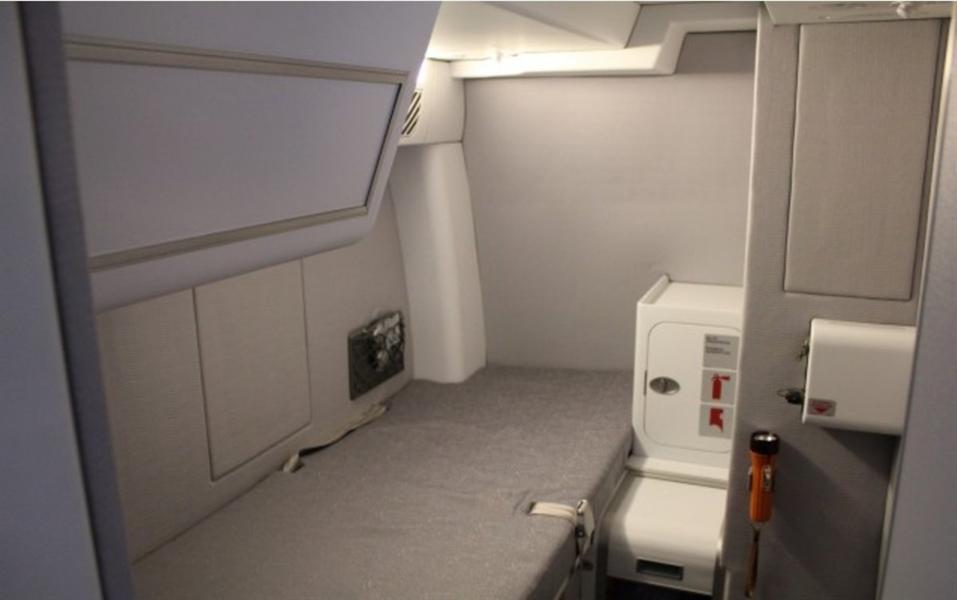 يختلف تصميم الغرف السرية الخاصة بالطيارين من طائرة لأخرى ومن شركة طيران لأخرى.