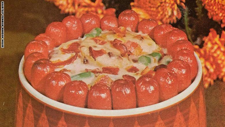 """أطباق """"مخيفة""""؟ هذا ما كانت تبدو عليه وجبة العشاء في السبعينيات"""