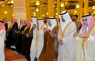 أمير الرياض يؤدي صلاة الميت على الأمير عبدالله بن فيصل.. ومفتي المملكة يؤم المصلين