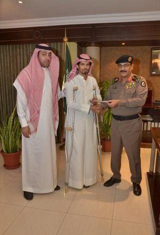 (صورة) الأمير محمد بن نايف يكافئ الجندي 