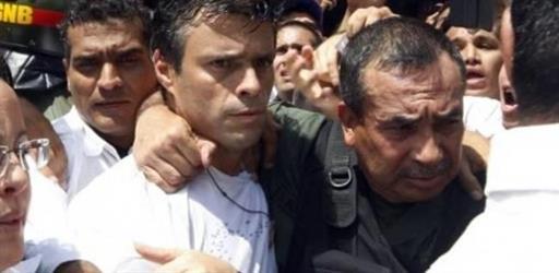 المعارض الفنزويلي ليوبولدو لوبيز في الاقامة الجبرية بعد ثلاثة اعوام في السجن