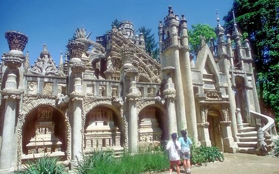 """حديقة """" لو باليس ايديال"""" أو """"Le Palais Ideal"""" في فرنسا"""
