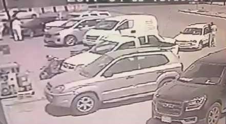 شاهد.. كيف سرقت عصابة مبالغ مالية من سيارة مواطن بعد ترصده