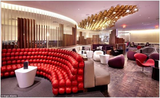 """صالة """"فيرجين أتلانتيك"""" في مطار """"جون كنيدي"""" في نيويورك، ويتميز بتصاميمه وديكوراته الذهبية، وكنبرة عملاقة مصنوعة من الكرات الحم"""