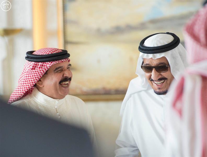 بالصور.. خادم الحرمين يستقبل ملك البحرين ويبحثان علاقات البلدين