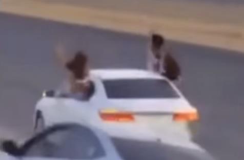 أظهر مقطع فيديو تم تداوله على مواقع التواصل الاجتماعي فتاتين تظهران من نوافذ سيارة كانت تمارس التفحيط وتلوحان بأيديهما،