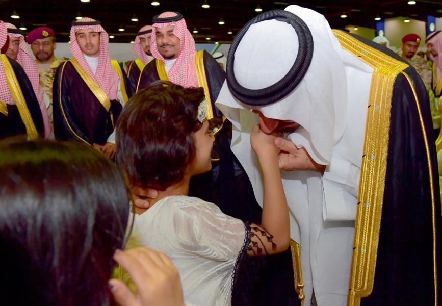 بالصور.. أمير نجران يقبّل أيادي ورؤوس أبناء الشهداء ويشارك أهالي المنطقة العرضة
