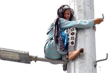 شاهد.. تجمهر الناس حول عجوز مقهورة تحاول الانتحار في المغرب وتصفيقهم لها يقنعها بالنزول