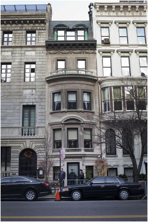 يُقال أنه يمتلك ما بين 12 و15 منزلاً في جميع أنحاء العالم، يقع بيته الأساسي في مانهاتن وهو بيت من خمس طوابق، كما يمتلك المبنى