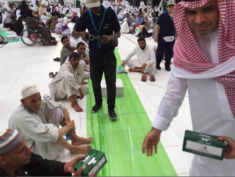 وزير التعليم وهو يوزع وجبات الإفطار بالحرم