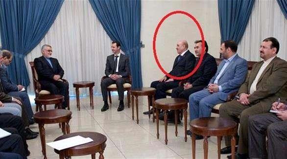 علي مملوك يظهر علناً بجانب الأسد بعد أنباء عن توقيفه