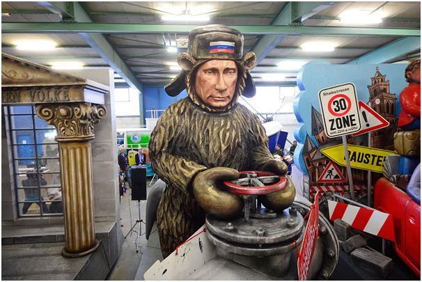 """يُقام كرنفال """"الاثنين الوردي"""" في مدينة """"ماينز"""" الألمانية، وهو مهرجان يعرض فيه المشاركون مجموعة من الرسومات الساخرة للسياسيين و"""