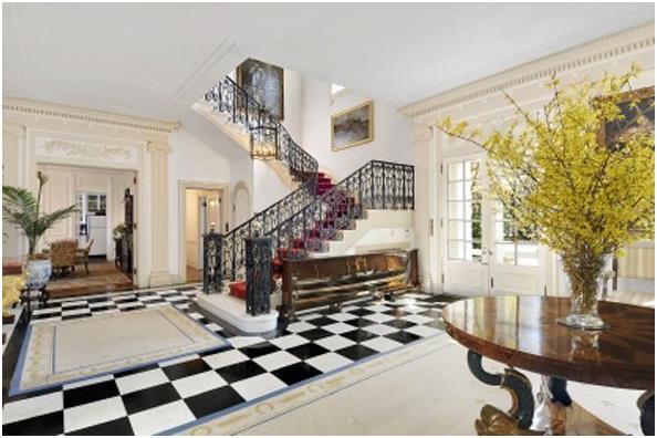 """كما يمتلك منزلاً في """" هامبتونز""""، اشتراه عام 2011 بـ 22,5 مليون دولار، تبلغ مساحته 2090 مترًا مربعًا ، ويقع على مساحة 35 فدانًا"""