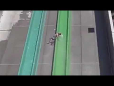 سقوط طفل من زلاجة مائية بارتفاع 3 طوابق