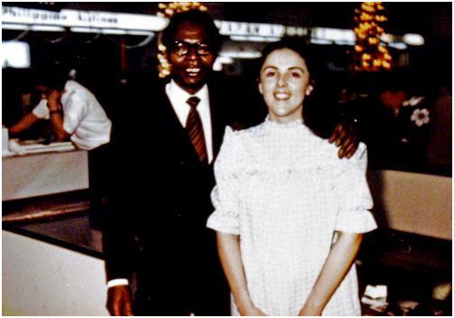 """وُلد """"باراك أوباما"""" لأم أمريكية من أصل إنجليزي، وأب كيني, وقد التقى والداه عام 1960 في صف تعلم اللغة الروسية بجامعة """"هاواى"""" في"""