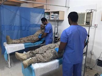 """بالصور.. جنود التحالف العربي يتبرعون بالدم لجرحى مسجد """"كوفل"""" الذي استهدفته صواريخ """"الحوثي"""""""