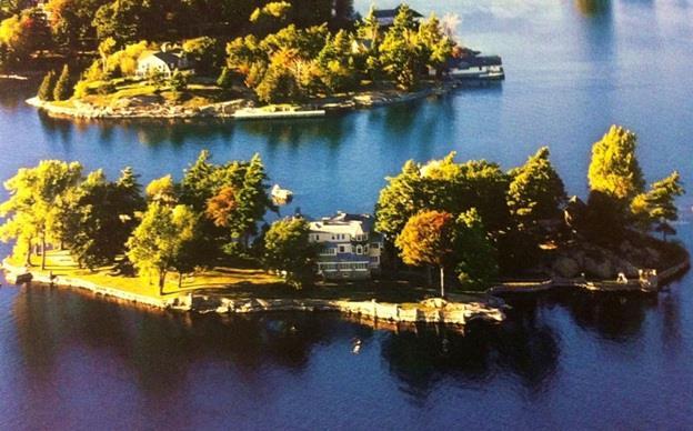 جزيرة Ina في مدينة نيويورك الأمريكية ، ويربطها جسر بالجزيرة الرئيسية ، ويقع في وسطها مبنى مكون من 3 طوابق يعود لعام 1905 ، وال