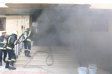 الدفاع المدني بمكة يسيطر على حريق في عمارة سكنية بحي العزيزية