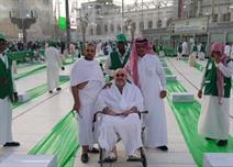 """خالد بن طلال ينشر صورا لمشروع """"إفطار"""" بالحرم"""