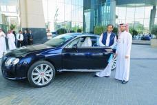 الجابر يستلم مكافأته من الأمير الوليد بن طلال