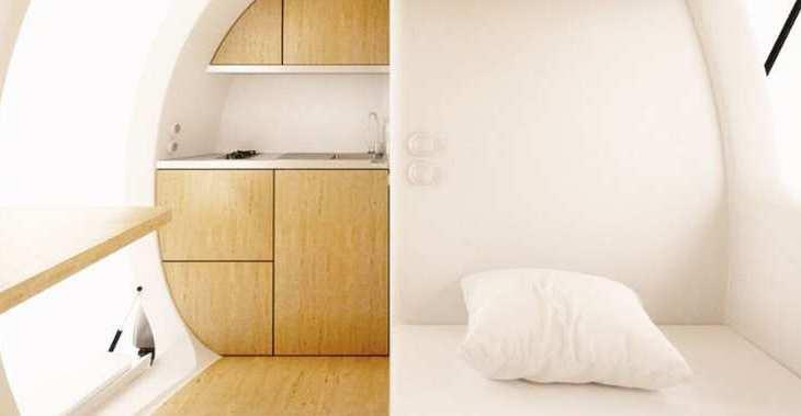 تستغل الكبسولة المساحة الداخلية بشكل ذكي، وتحتوي على غرفة نوم ومطبخ صغير ومنطقة للعمل ومنطقة لتناول الطعام وحمام.