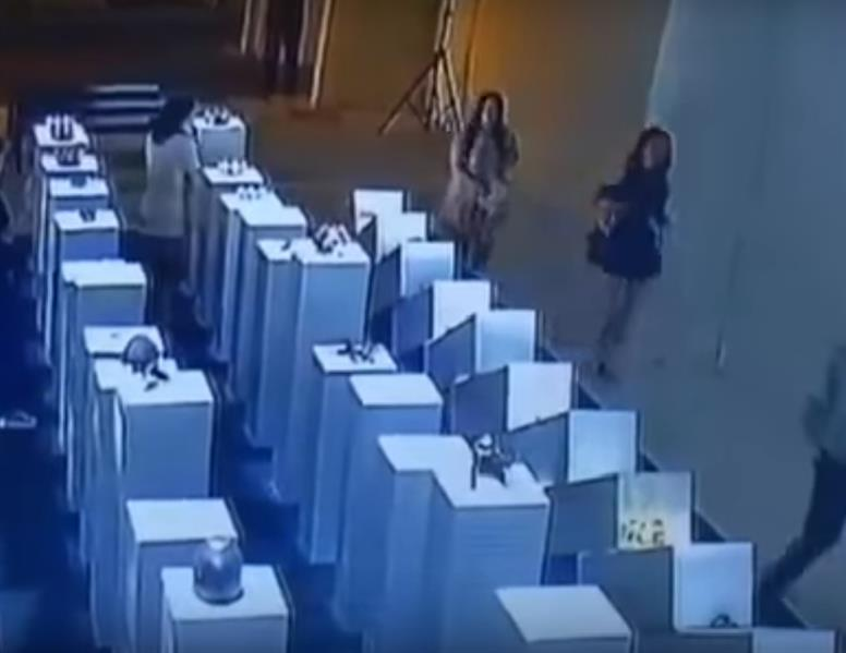 لحظة سقوط التحف