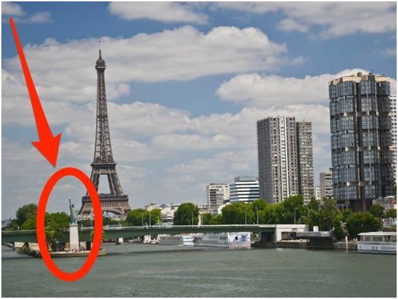 """يوجد في باريس ثلاثة نماذج من تمثال الحرية الذي صممه الفنان الإيطالي من أصول فرنسية """"أوغست بارتولدي""""، إذ يوجد النموذج الأول منه"""