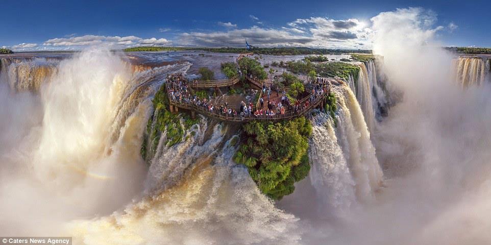 شلالات أجواسو في الأرجنتين في إحدى اللقطات العلوية الرائعة