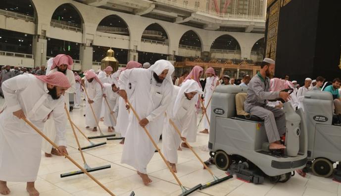 أعضاء المكتبة يباشرون عملية تنظيف صحن المطاف