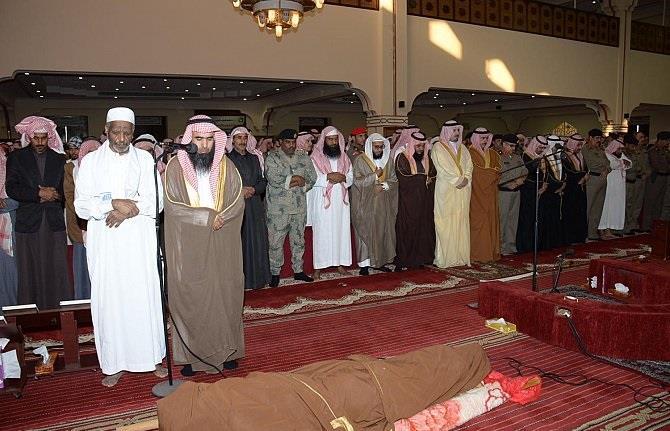 بالصور.. أمير منطقة الجوف يتقدم المصلين على جثمان الشهيد محارب الشراري