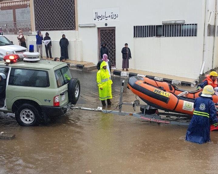 بالفيديو والصور: غرق مركبات وحالات احتجاز في عسير.. وتعليق للدراسة