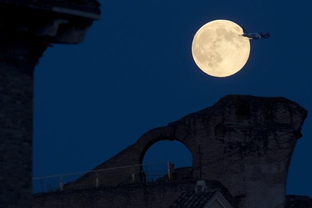 """المدرج الروماني """"كولوسيوم"""" في العاصمة الإيطالية - روما، وهو الأكبر في العالم."""