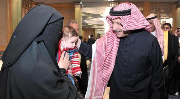 المملكة تسلم أسرة الشهيد المصري إبراهيم القللي وسام الملك عبدالعزيز وشيكاً بمبلغ مليون ريال