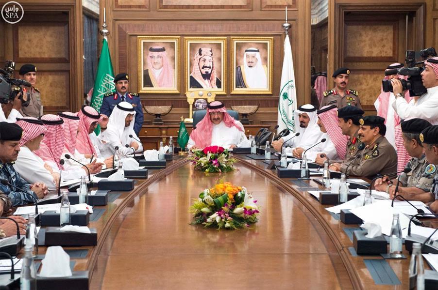 بالصور.. نائب خادم الحرمين الشريفين يرأس اجتماعاً مع قادة القطاعات الأمنية