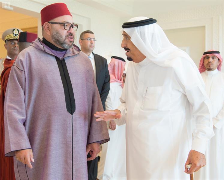 خادم الحرمين الشريفين يستقبل ملك المغرب بمقر إقامته بطنجة