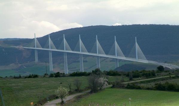 """جسر """"ميلو"""" في الجنوب الفرنسي"""