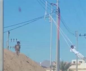 بالفيديو.. أطفال يتخذون من أسلاك الضغط العالي أرجوحةً بتبوك.. والكهرباء تكشف التفاصيل