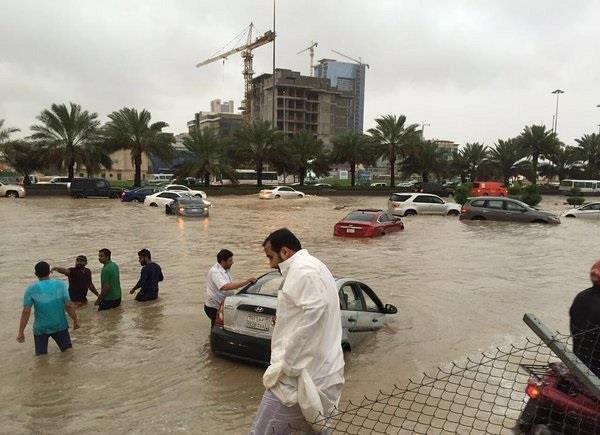أمطار غزيرة تغرق الرياض.. والمرور يحذر من تجمعات مائية