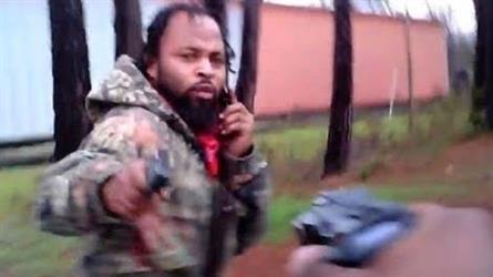 شاهد.. لحظة إطلاق شاب النار على شرطي أمريكي ومحاولة النجاة بسيارة الدورية