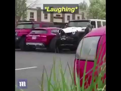 عقوبة طريفة لصاحب سيارة وقف في مكان خاطئ